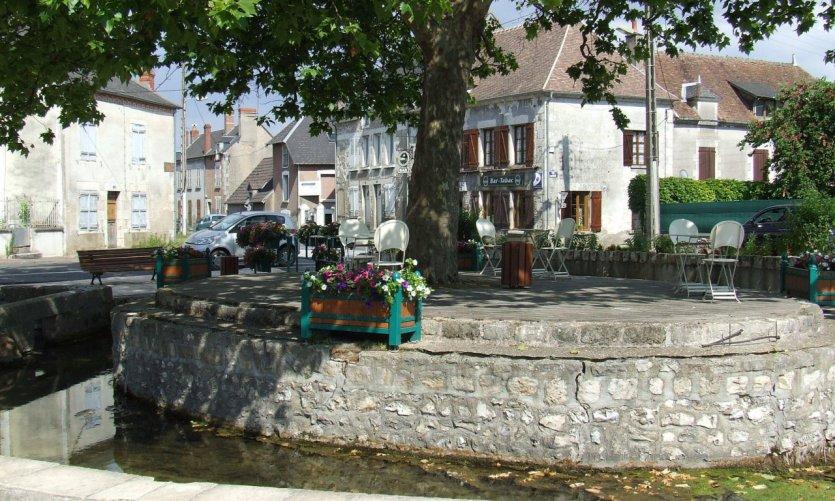 Place publique, avenue de Fontenay à Saint-Satur.