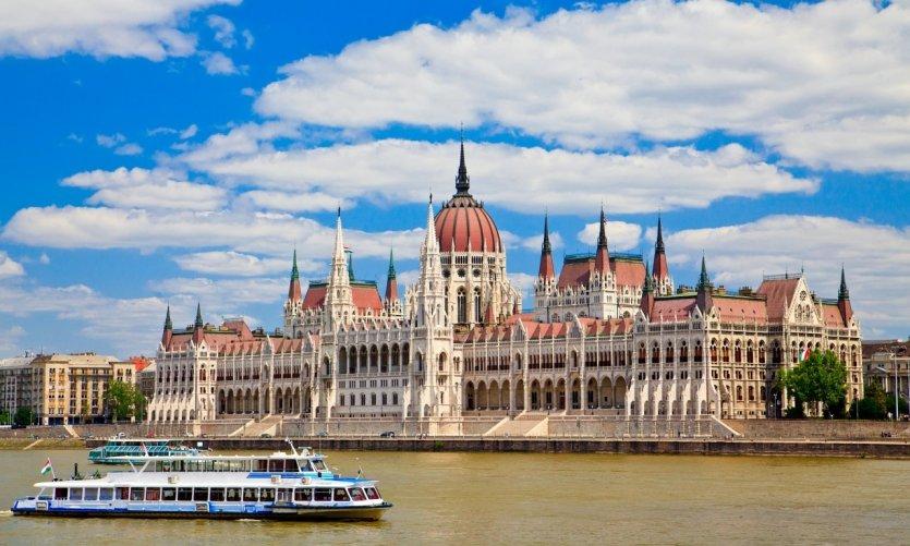 Vue sur le Parlement hongrois, depuis le Danube.