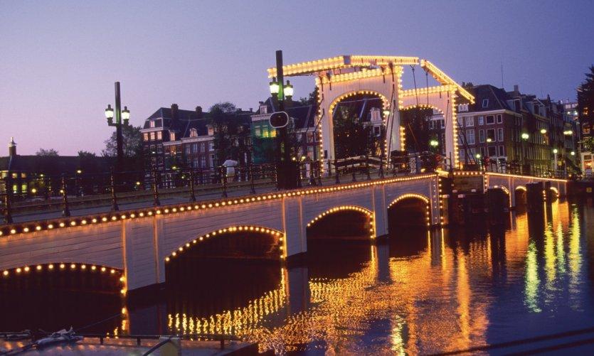 Le Magere Brug (Pont Maigre) de nuit.