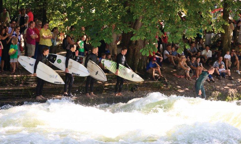 Surfeurs de l'Englischer Garten.