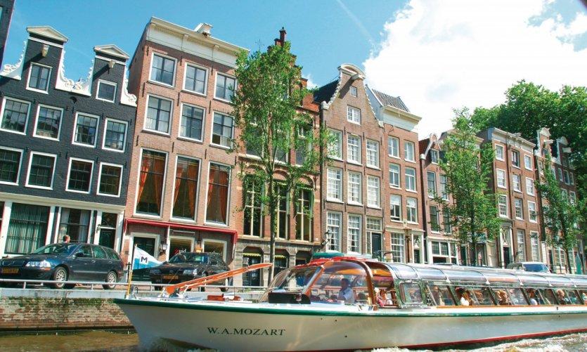 Bateau de promenade sur les canaux d'Amsterdam.