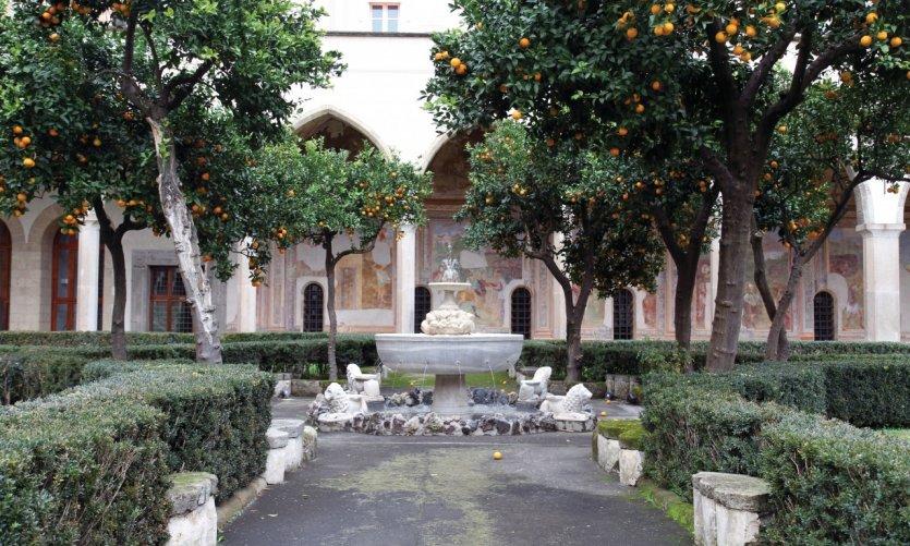 Orangers dans le monastère de Santa Chiara.