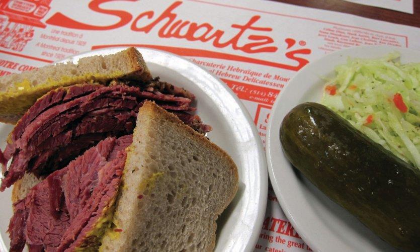 Schwartz's, célèbre restaurant de sandwiches à la viande fumée.