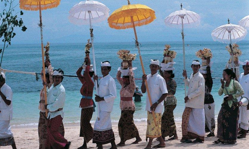 Procession d'un odalan sur la plage de Nusa Dua.
