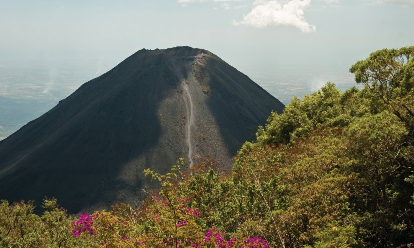 L'Izalco est un volcan de la cordillère d'Apaneca, au Salvador.