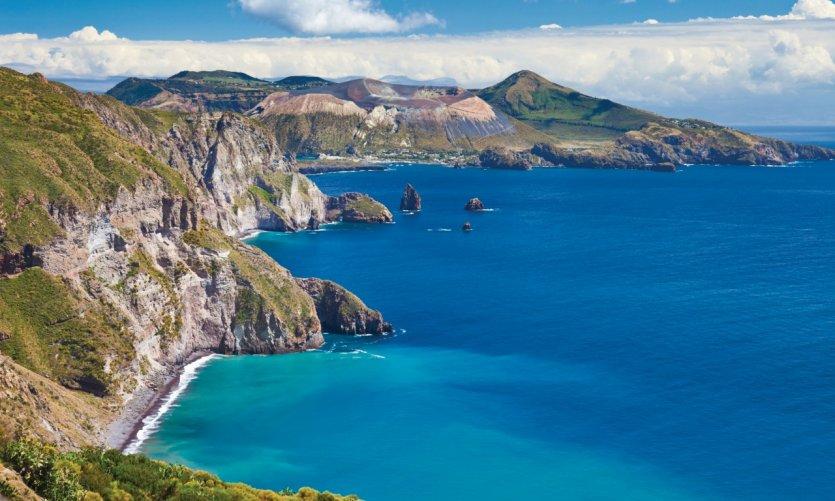 Panorama depuis l'île de Lipari sur le cratère volcanique de l'île de Vulcano.