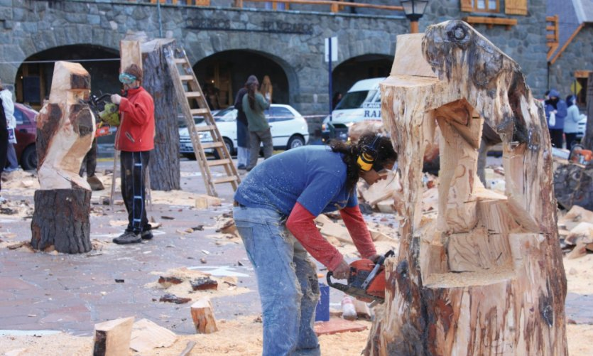 Sculpteurs sur bois dans le Centro Cívico durant la Semaine sainte.