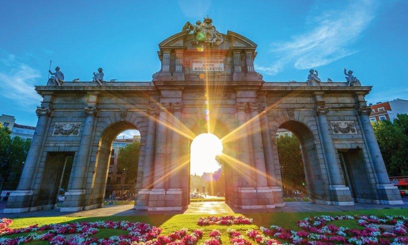 La Puerta de Alcalá au coucher du soleil.