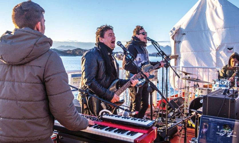Concert du groupe de rock Nanook sur l'express côtier Sarfaq Ittuk.
