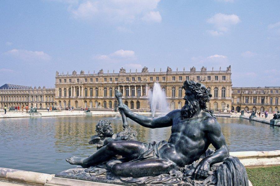 Le Bassin de Neptune et la façade sud du château de Versailles (© JEAN YVES YAN LUN - FOTOLIA))