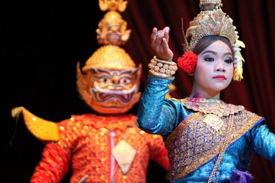 Danseurs cambodgiens. (© Stéphan SZEREMETA))