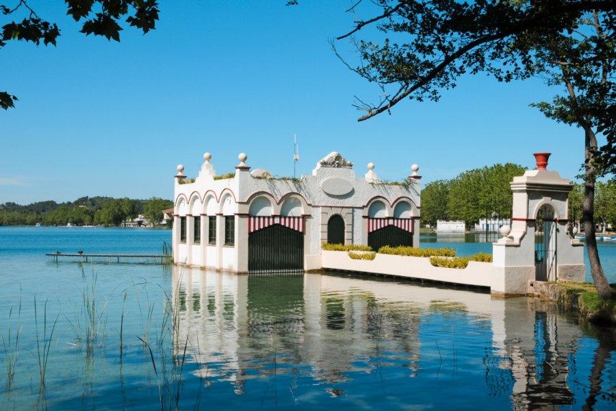 Une maison sur le lac de Banyoles. (© nito - shutterstock.com))