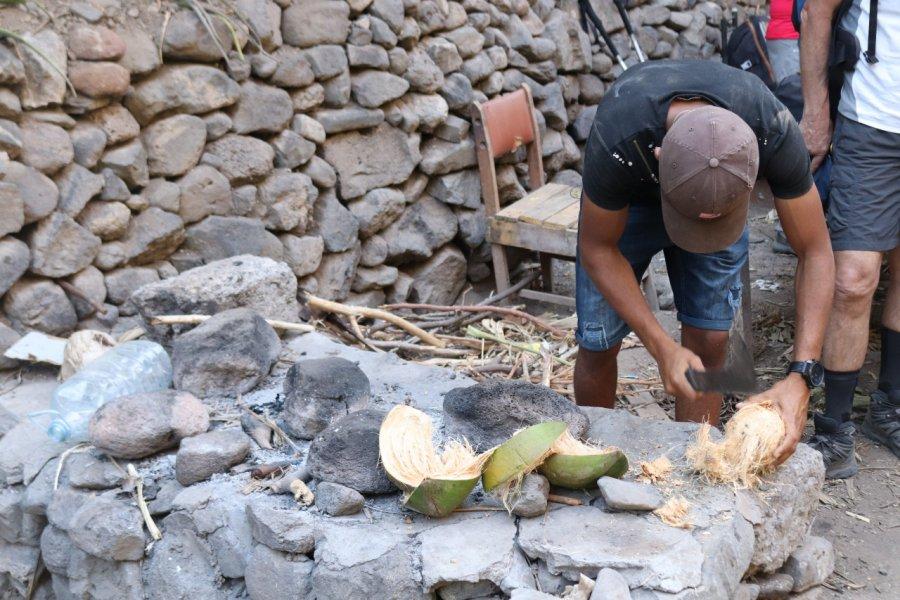 Découpe de noix de coco. (© Sarah DEHAUT))
