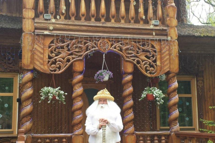 Ded Moroz, le Père Noël biélorusse à l'entrée de sa résidence (© Maryna LOGVYNENKO))