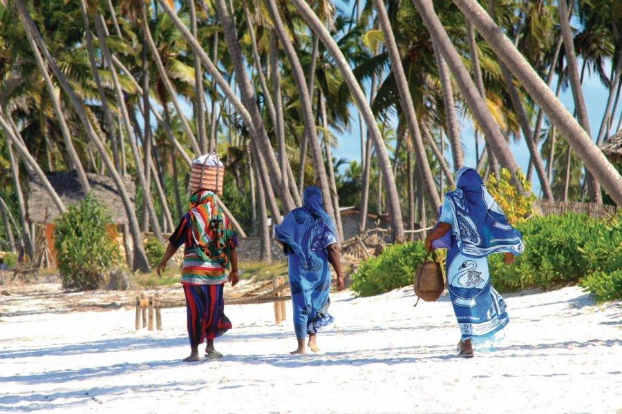 Femmes de Zanzibar sur une plage de sable. (© dsukhov - Fotolia))