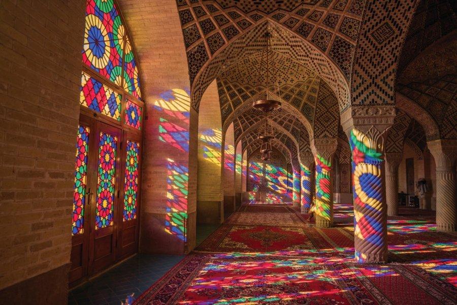 Jeux de lumières et vitraux dans la mosquée Nasir-al-Molk (© Zephyr18))