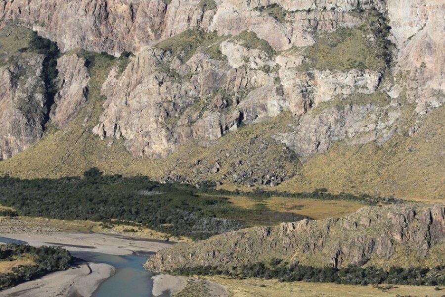 Le río de las Vueltas serpente au pied du massif du Fitz Roy. (© Pierre-Yves SOUCHET))