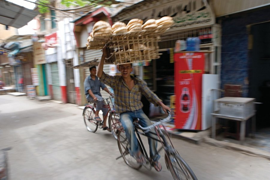 Livreur de pains en vélo. (© Sylvain GRANDADAM))