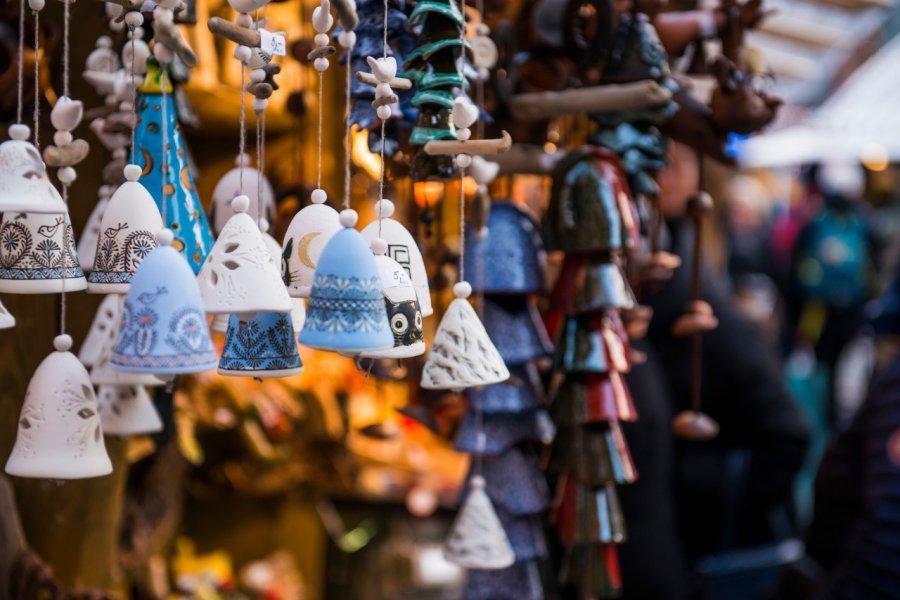 Décorations de noël sur un marché. (© Dzhulbee - Shutterstock.com))