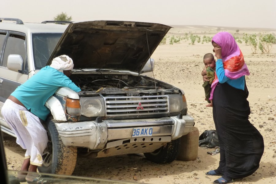 Attention à la panne dans le désert. Toujours prévoir de l'eau! (© François JANNE DOTHEE))