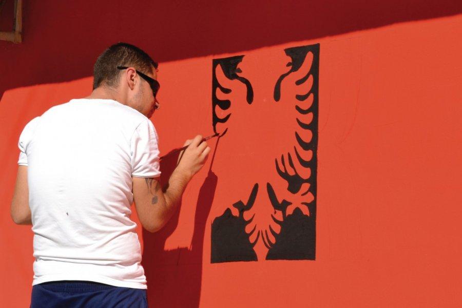 Peintre représentant les armoiries de l'Albanie. (© Céline CHAUDEAU))