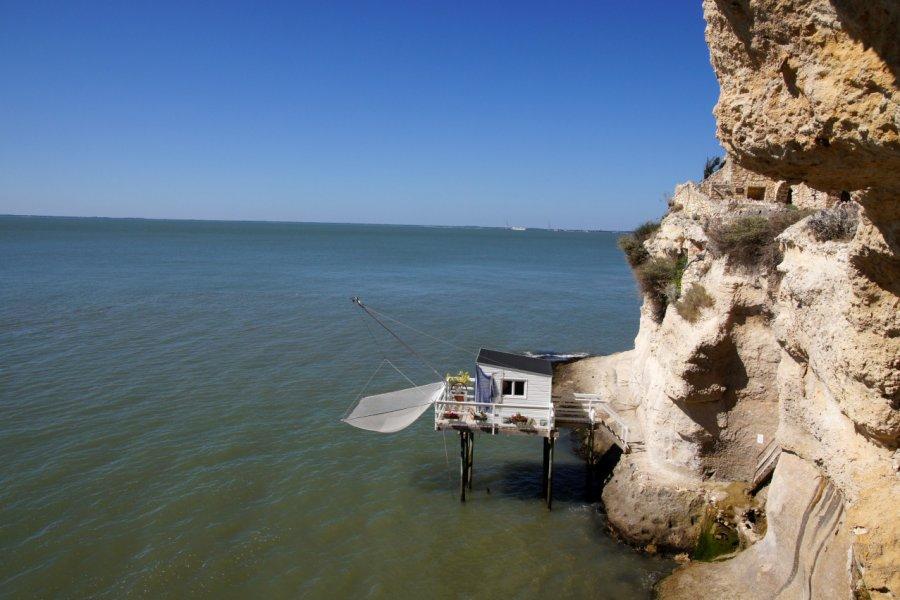Falaise et ponton de pêche au carrelet, Meschers-sur-Gironde. (© JC DRAPIER / Adobe Stock))