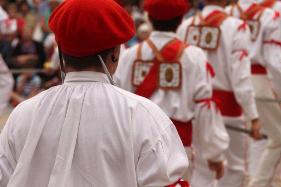 Danseurs traditionnels basques. (© Laiotz - Shutterstock.com))