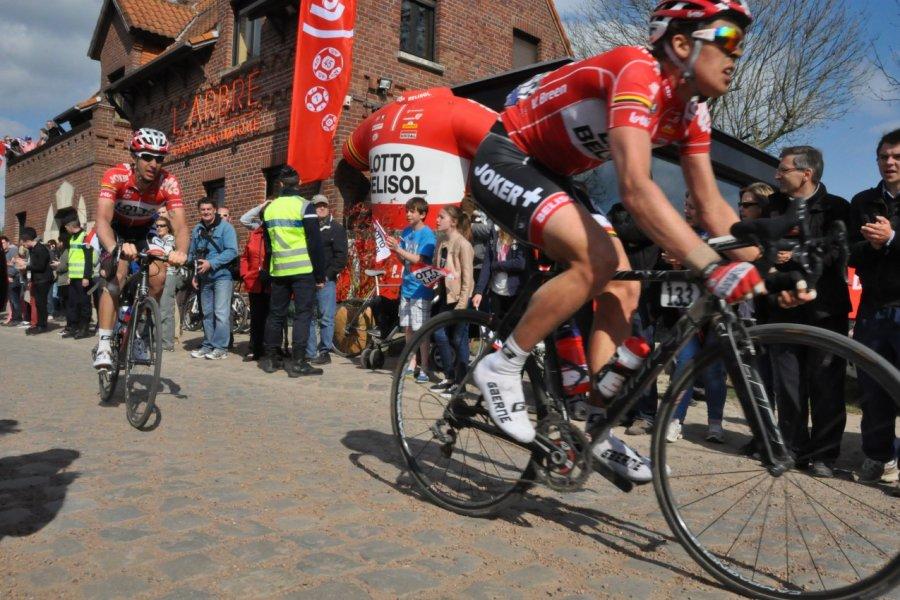 Le Paris-Roubaix et ses célèbres pavés du Carrefour de l'Arbre (© Catherine FAUCHEUX))