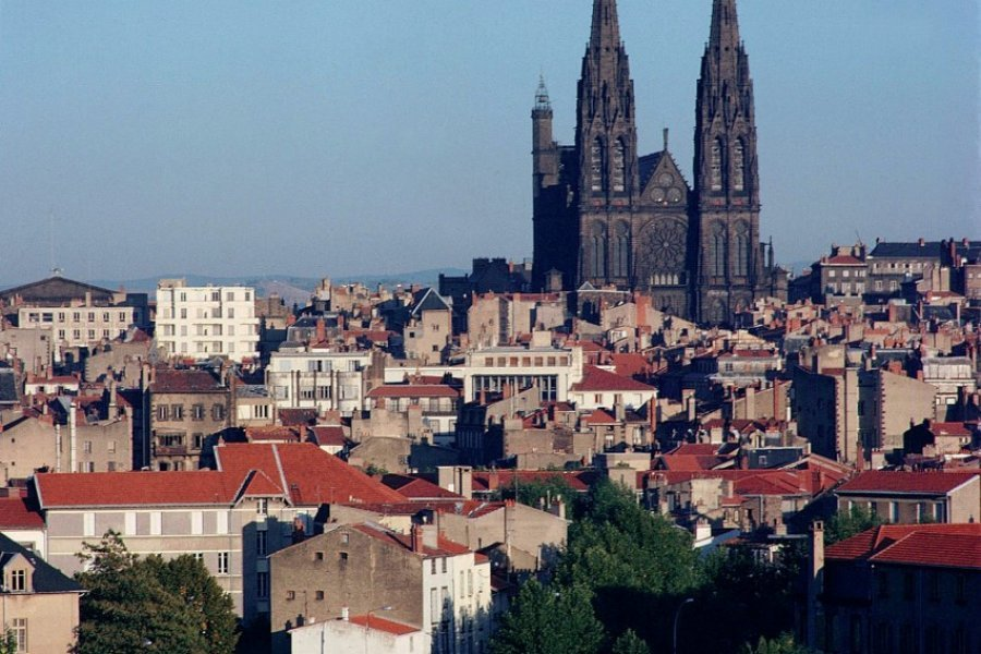 Les toits et la cathédrale de Clermont-Ferrand (© PHOVOIR))