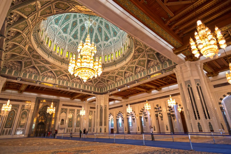 Intérieur de la grande mosquée du Sultan Qaboos. (© Dreamer Company - Shutterstock.com))