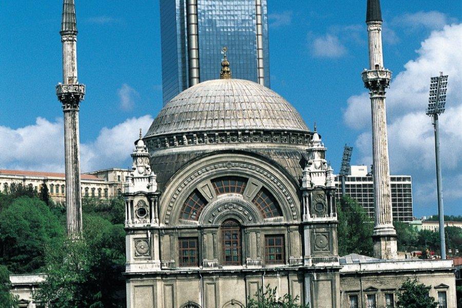 Mosquée de Ortaköy (Mecidiye) et tour de bureaux. (© Ali IZMIR - Iconotec))