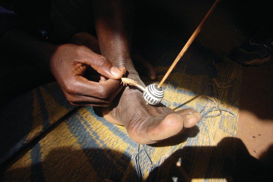 Fabricant de perles d'argile à Wahariène, près de Korhogo. (© Jean-Paul LABOURDETTE))