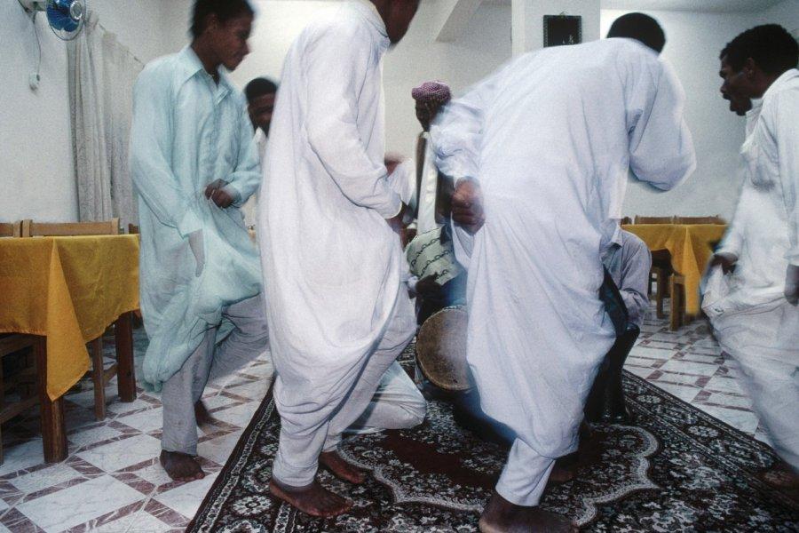 Danse traditionnelle pour hommes seulement. (© Sylvain GRANDADAM))
