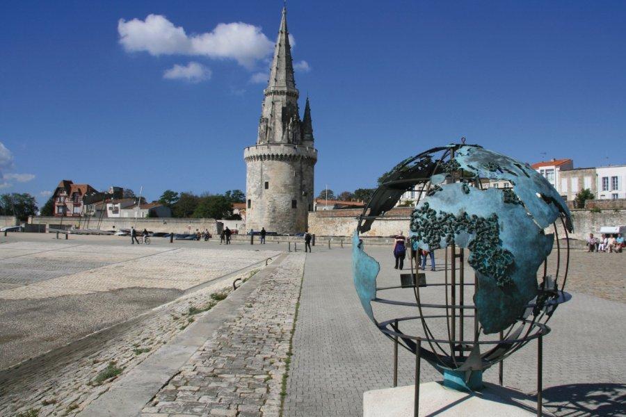 La tour de la Lanterne et le Globe de la Francophonie (© Claude COQUILLEAU - Fotolia))