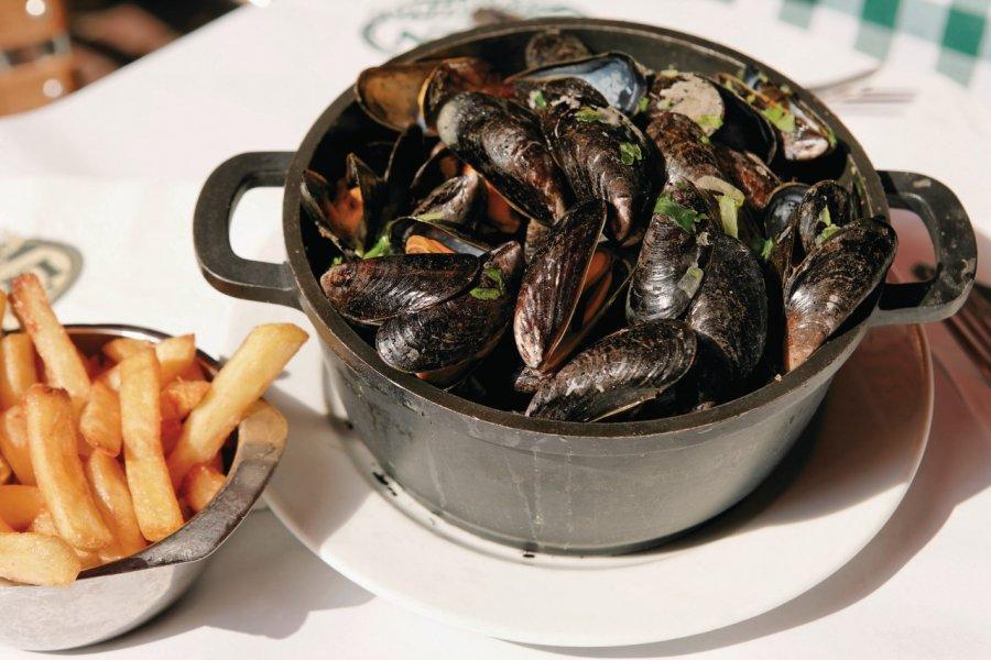 Moules marinières et frites, deux spécialités culinaires belges. (© Author's Image))