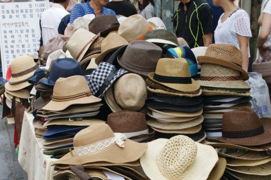 Le chapeau, accessoire indispensable des Coréens. (© Barthélémy COURMONT))