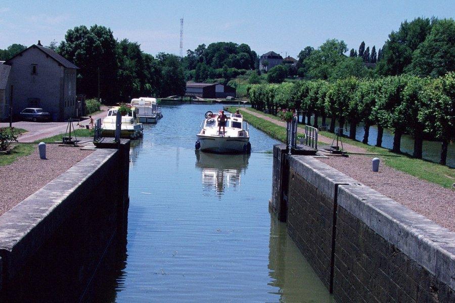 Sur le canal du Nivernais (© PHOVOIR))