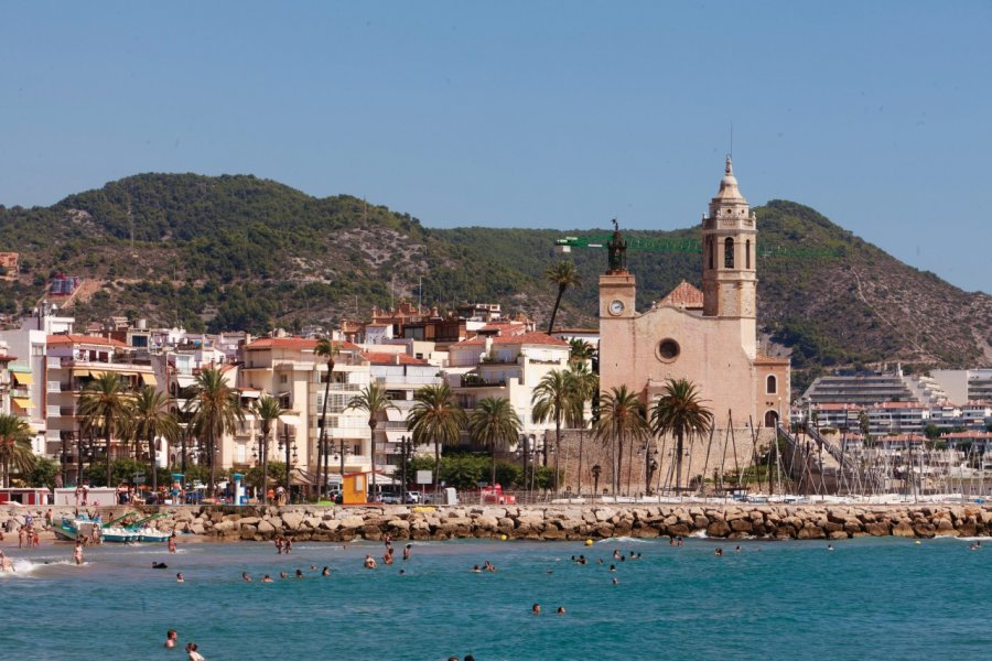 Plage principale et église de Sant Bartomeu i Santa Tecla. (© Irène ALASTRUEY - Author's Image))