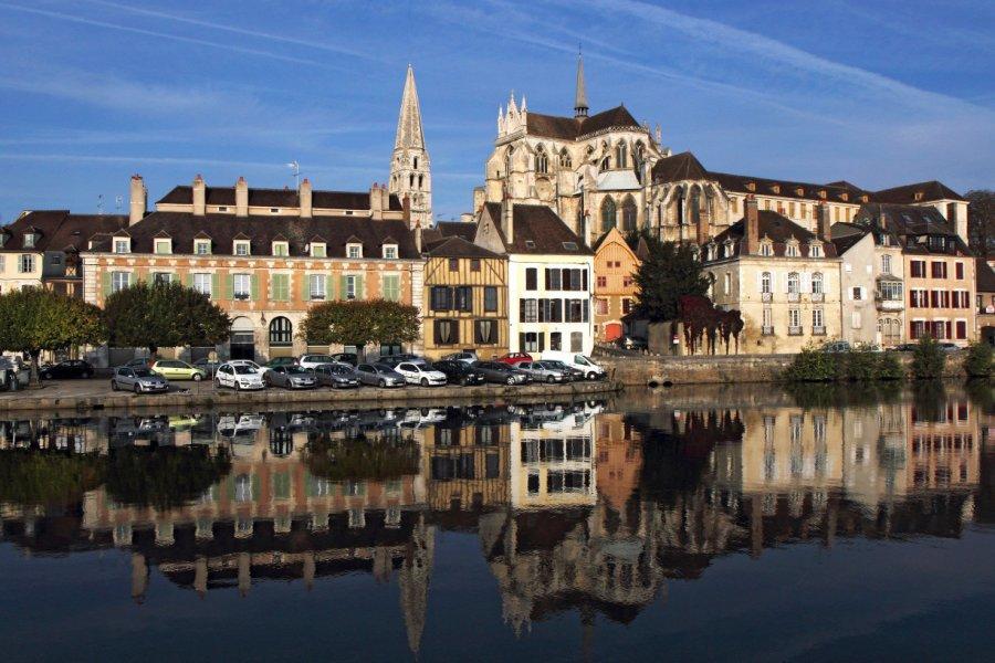 L'abbaye Saint-Germain, reflets dans l'Yonne. (© Jean-Jacques CORDIER))