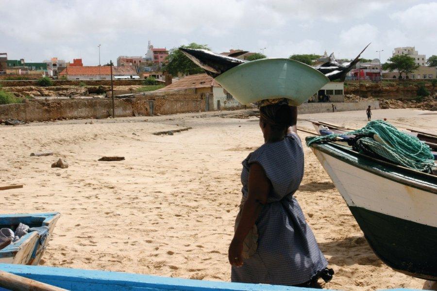 Une jeune femme part avec du poisson qu'elle va vendre aux restaurants et aux particuliers de l'île. (© Charline REDIN))