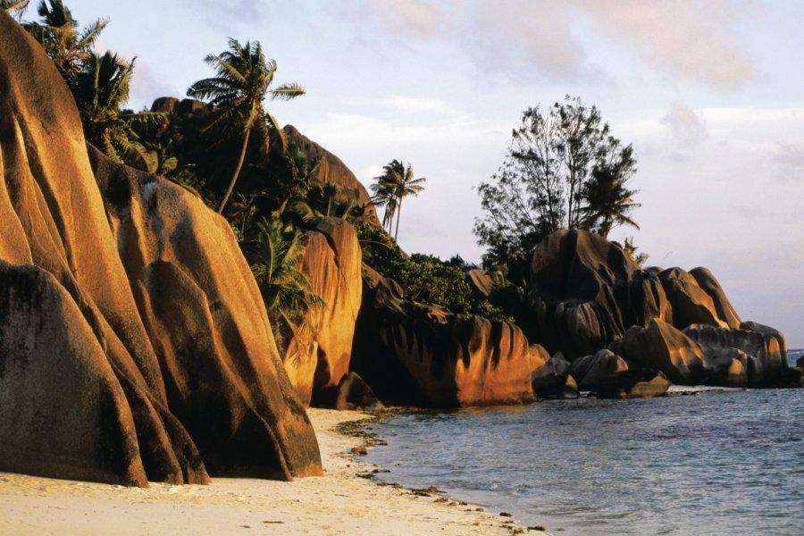 Rochers de granit au soleil couchant. (© Itzak Newmann - Iconotec))