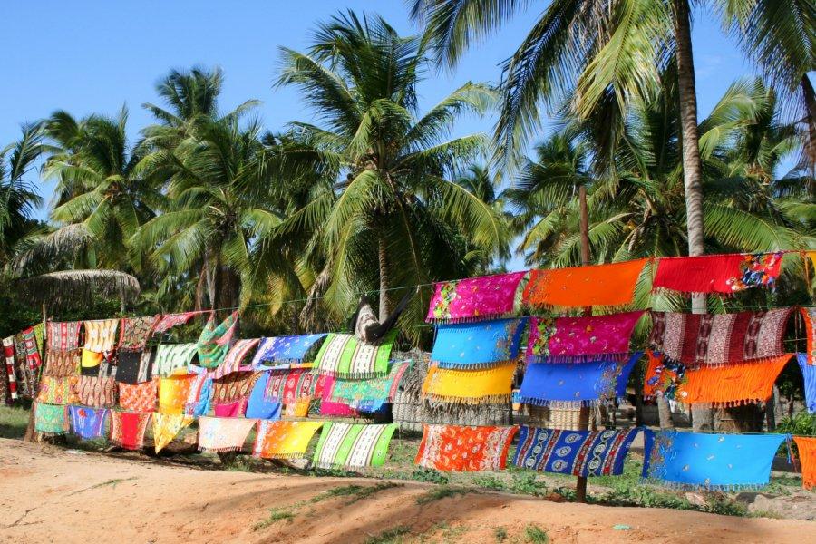 Vente de sarongs sur la plage d'Inhambane. (© EVistock))