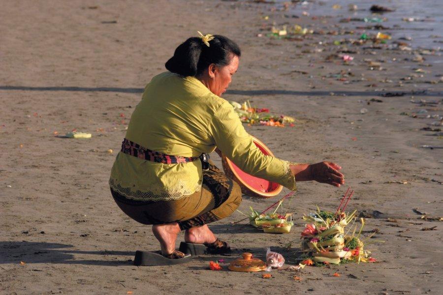 Femme déposant des offrandes lors de la cérémonie du Galungan. (© Eloïse BOLLACK))