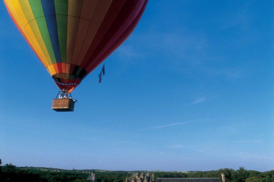 Montgolfières survolant le domaine du château de Chenonceau (© MARC JAUNEAUD - ICONOTEC))