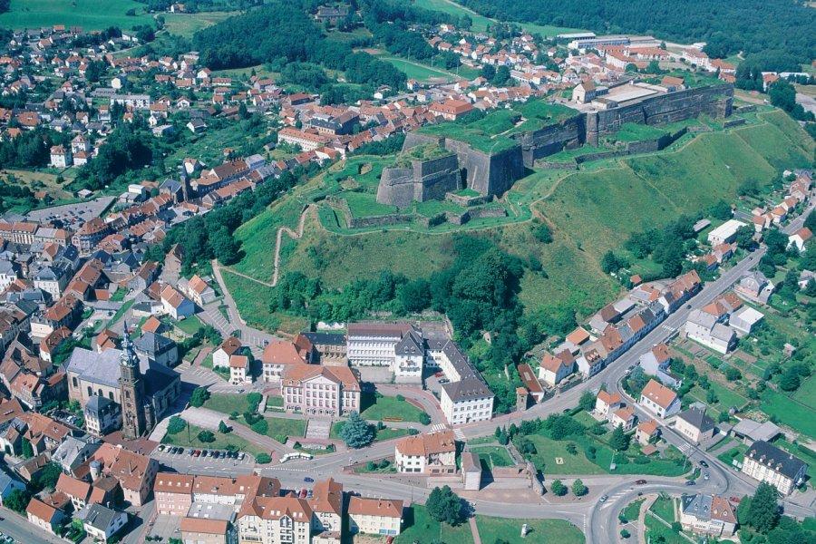 Survol de la citadelle de Bitche, vue aérienne (© ERWAN LE PRUNNEC - ICONOTEC))