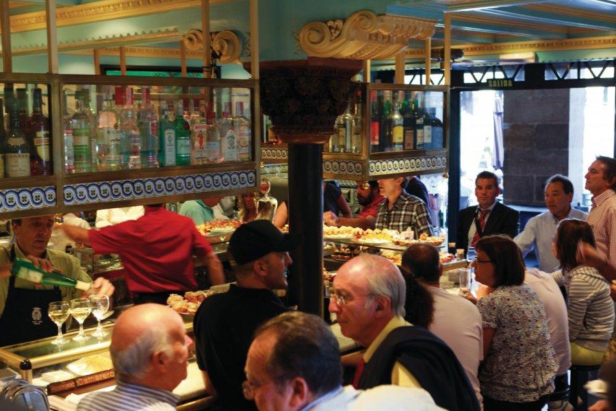 Le café-bar Bilbao (Plaza Nueva) propose sur son comptoir les traditionnels pintxos basques. (© Philippe GUERSAN - Author's Image))