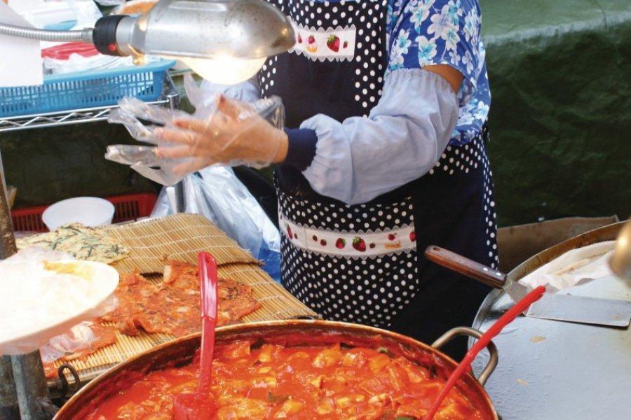 Le rouge est souvent synonyme de plats épicés. (© Barthélémy COURMONT))