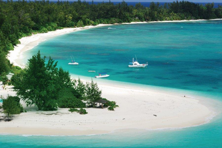 Plage de Denis. (© Gerard Larose - Office du tourisme des Seychelles))