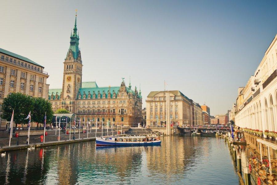 L'hôtel de ville de Hambourg et la rivière Alster. (© Sborisov - iStockphoto))