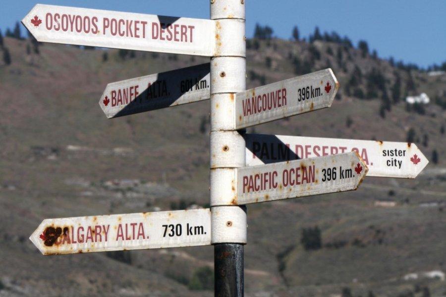 Panneau situant Osoyoos par rapport aux principales destinations de Colombie-britannique et d'Alberta. (© Stéphan SZEREMETA))